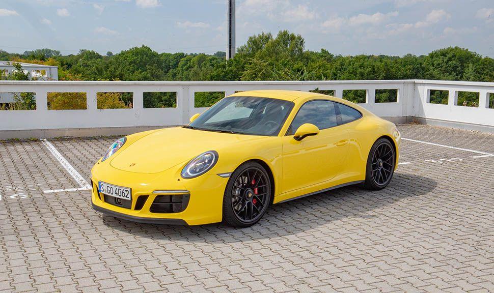 Gelber Porsche 911 (991) Carrera GTS von schräg links vorne