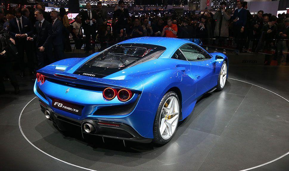 Blauer Ferrari F8 Tributo von schräg rechts hinten
