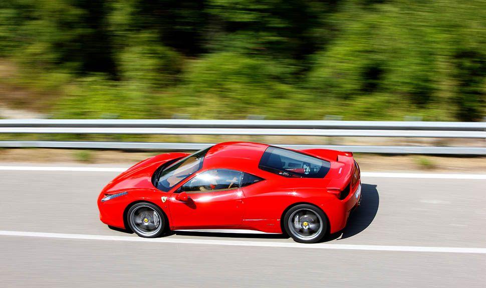 Ferrari 458 Italia fährt auf Landstraße, Bild von oben, linke Seite
