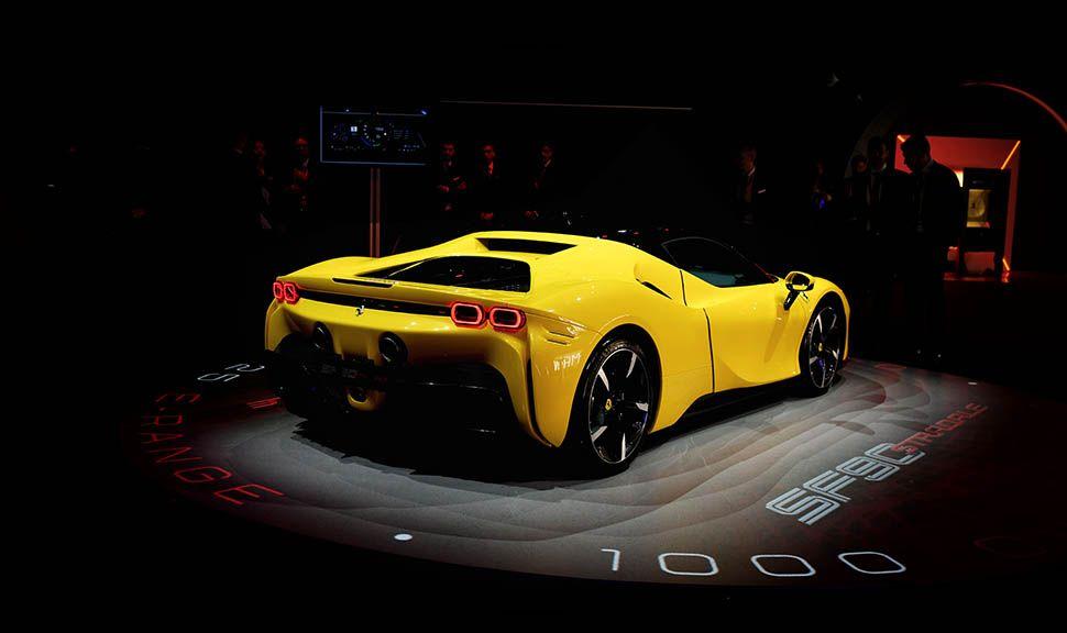 Gelber Ferrari SF90 Stradale von schräg rechts hinten