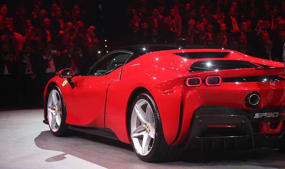 Ferrari SF90 Stradale von schräg links hinten im Anschnitt
