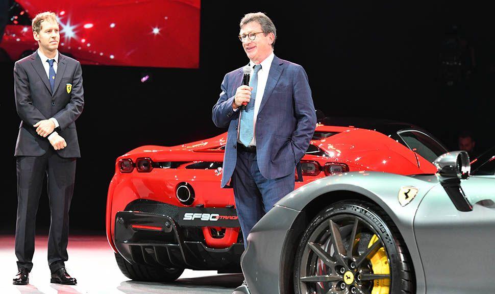 Louis Camilleri und Sebastian Vettel zwischen einem grauen und einem roten Ferrari SF90 Stradale
