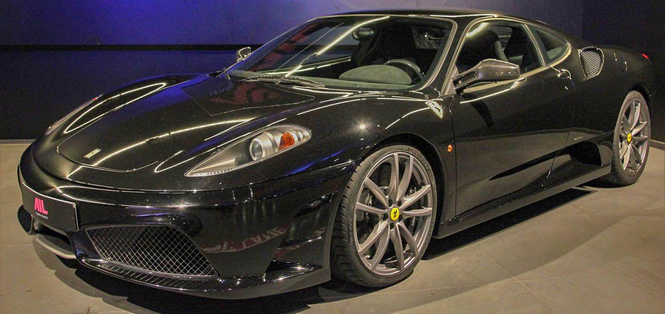 Schwarzer Ferrari 430 Scuderia von schräg links vorne