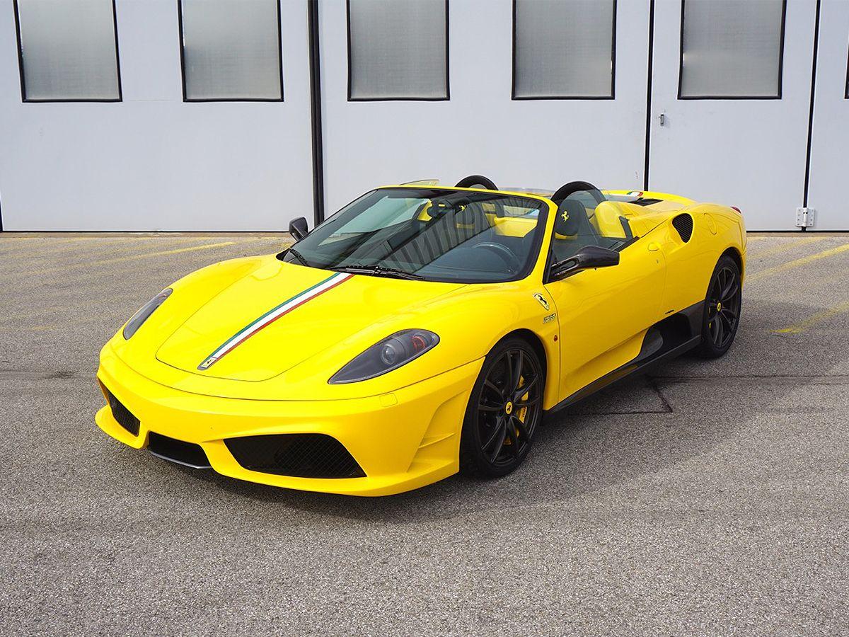 Gelber Ferrari F430 Scuderia Spider 16M von schräg links vorne