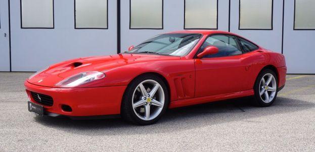 Ferrari 575M Maranello in Rot von schräg links vorne