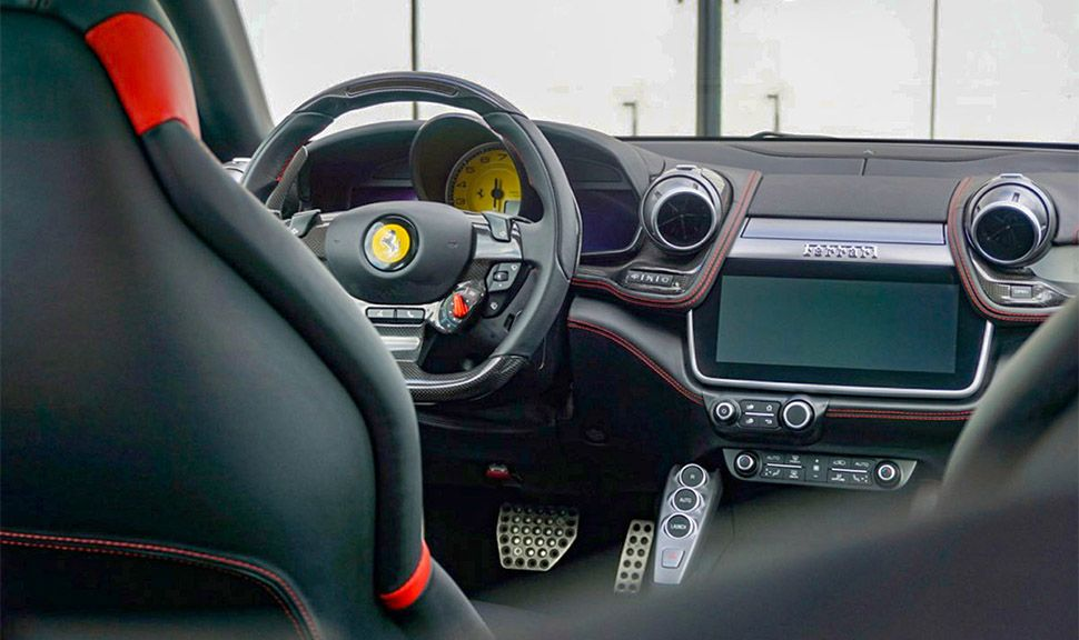 Ferrari GTC4Lusso T Innenraum Blick von hinten nach vorne