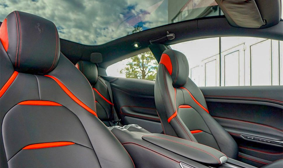 Ferrari GTC4Lusso Innenraum Blick durchs Panoramaglasdach
