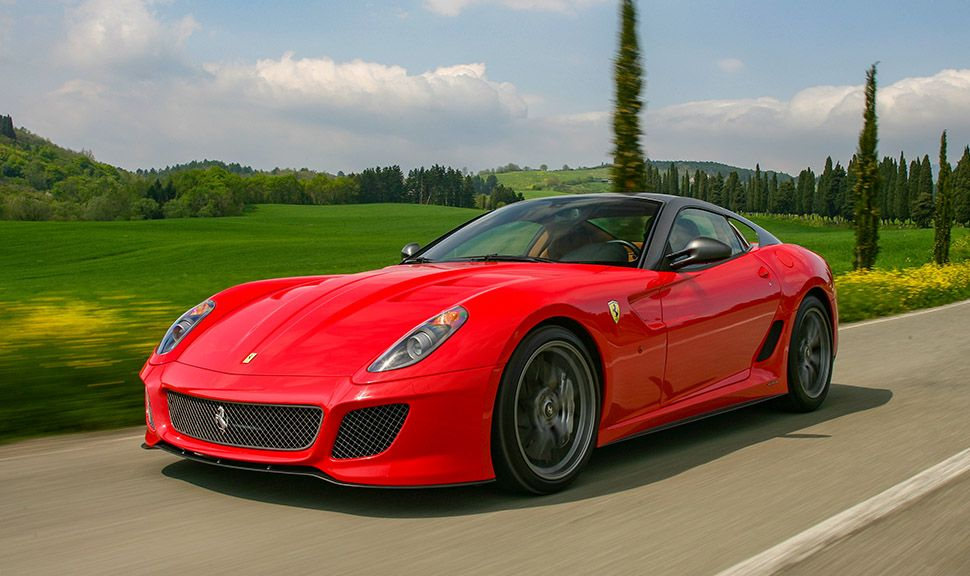 Ferrari 599 GTO fährt auf Landstraße in Italien