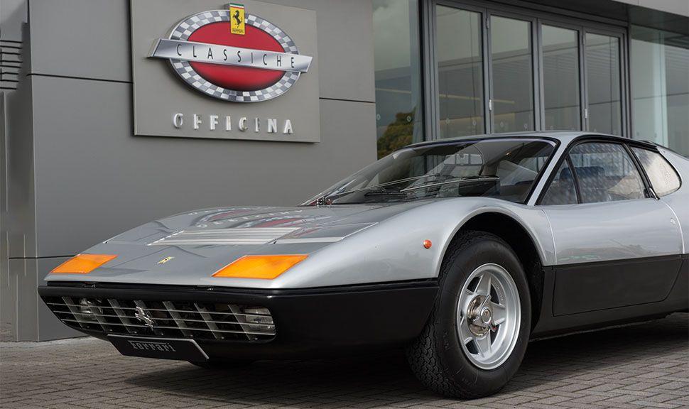 Ferrari 512 BBi vor der Ferrari Classiche Werkstatt