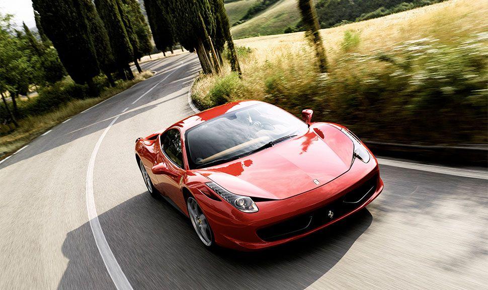Ferrari 458 Italia fährt durch Kurve