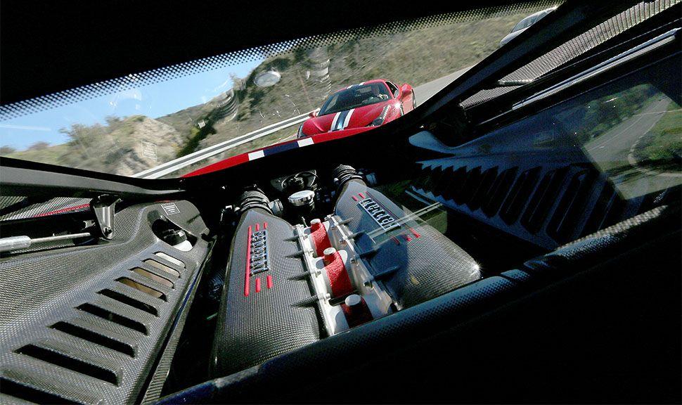 Motor des Ferrari 458 Speciale, der von seinem Artgenossen verfolgt wird