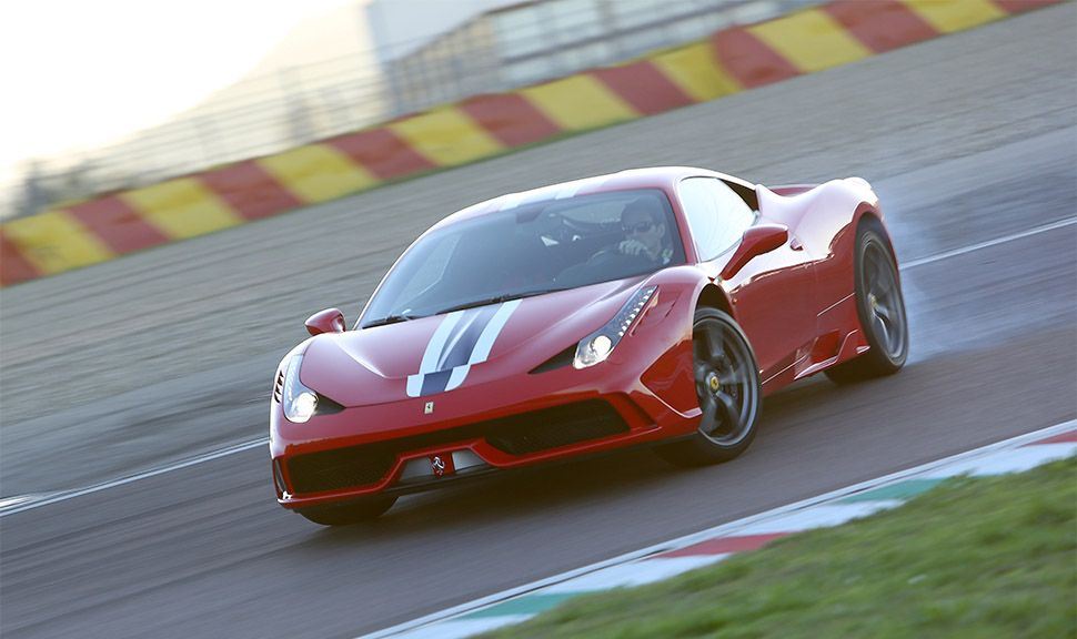 Ferrari 458 Speciale driftet durch Kurve auf Rennstrecke