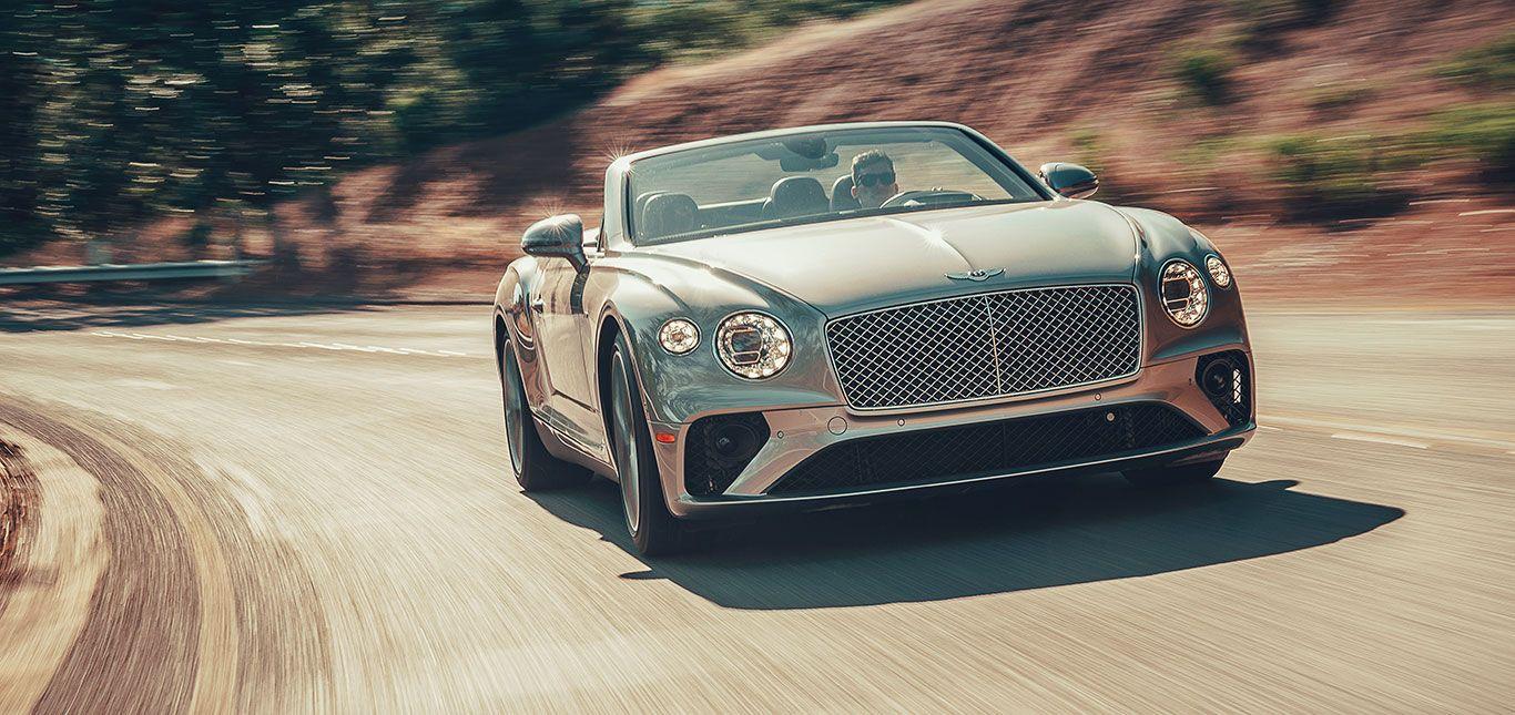 Bentley Continental GT Cabrio auf Landstraße fahrend