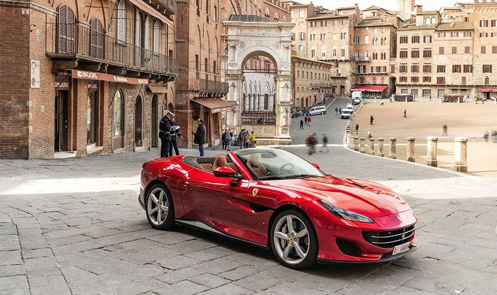 Ferrari Portofino auf einer italienischen Piazza
