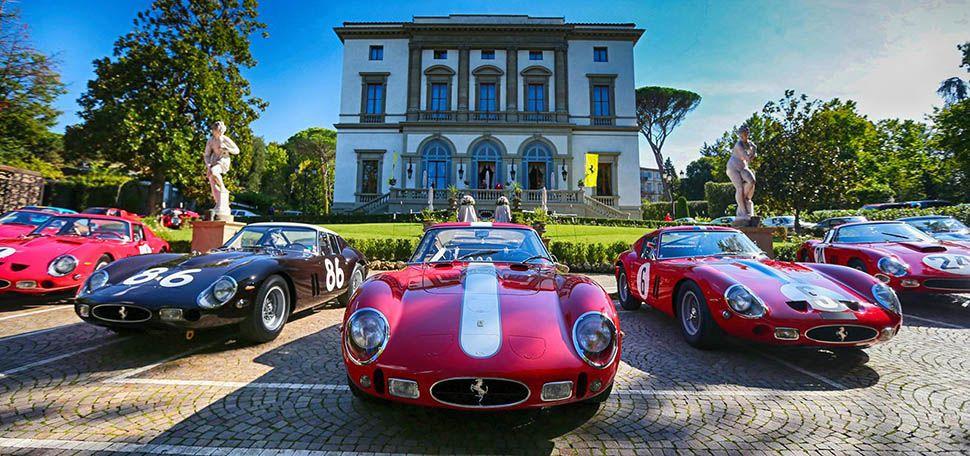 Mehrere Ferrari 250 GTO stehen nebeneinander vor der Villa von Enzo Ferrari