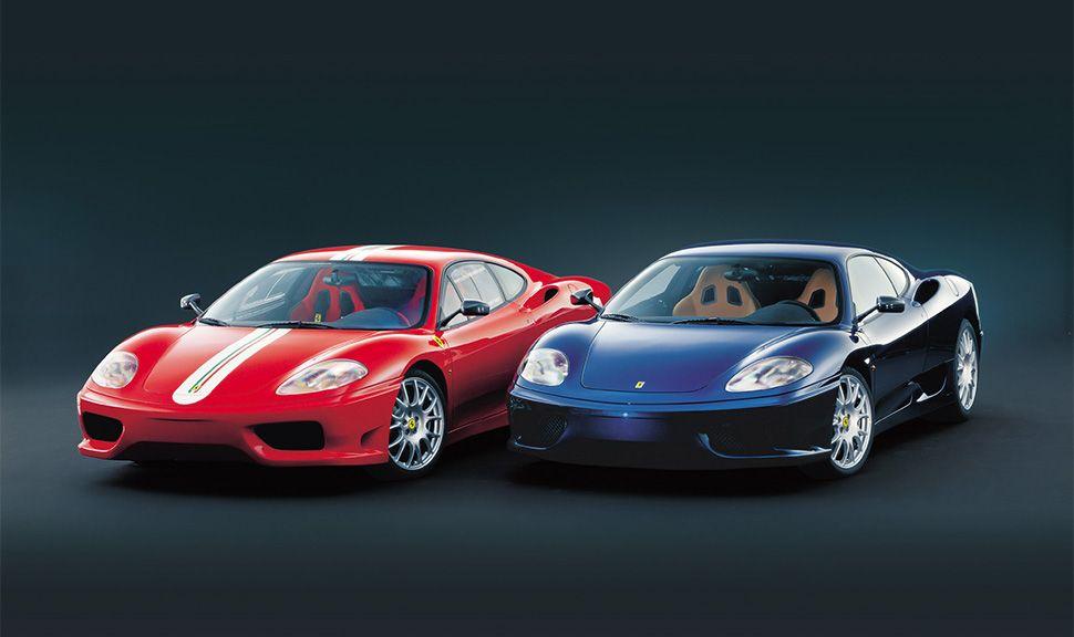 Roter und blauer Ferrari 360 (Challenge Stradale) nebeneinander stehend
