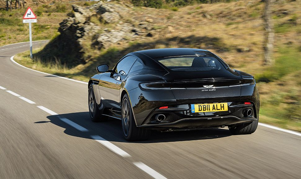 Aston Martin DB11 fahrend, Heck
