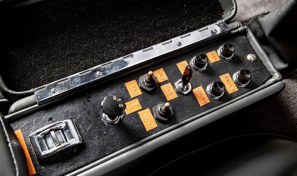 Gadgets Schalter im Aston Martin DB5