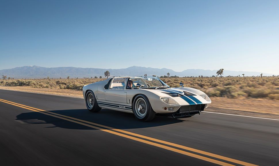 Ford GT40 Roadster Prototyp fährt auf Highway