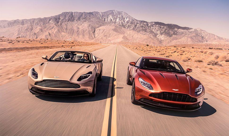 Aston Martin DB11 Cabrio (links) und Coupé (rechts) fahren nebeneinander
