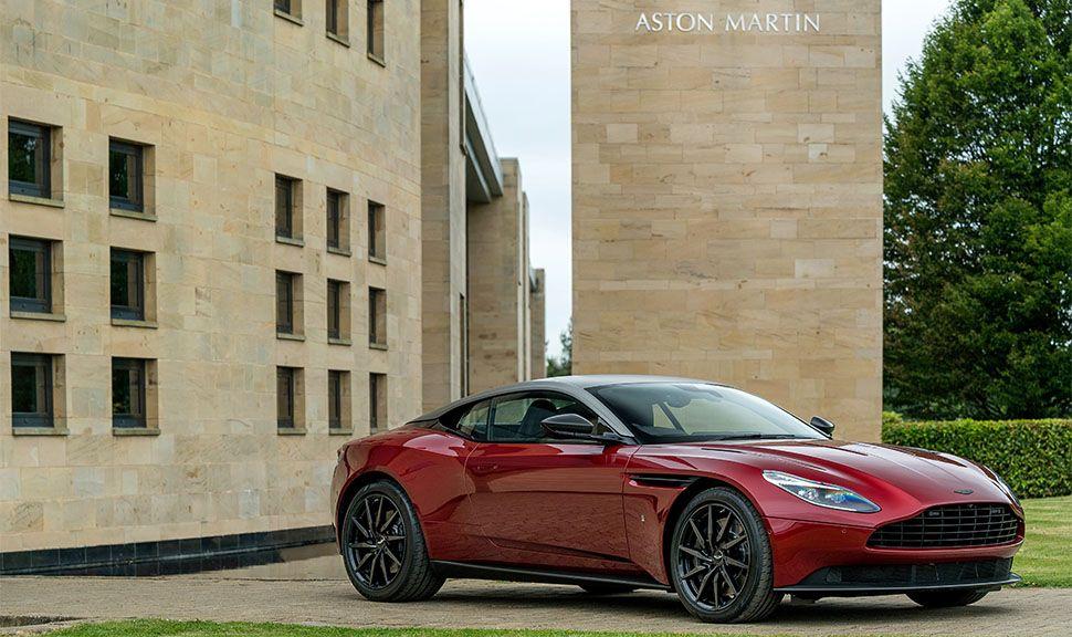 Aston Martin DB11 vor Aston Martin Werk
