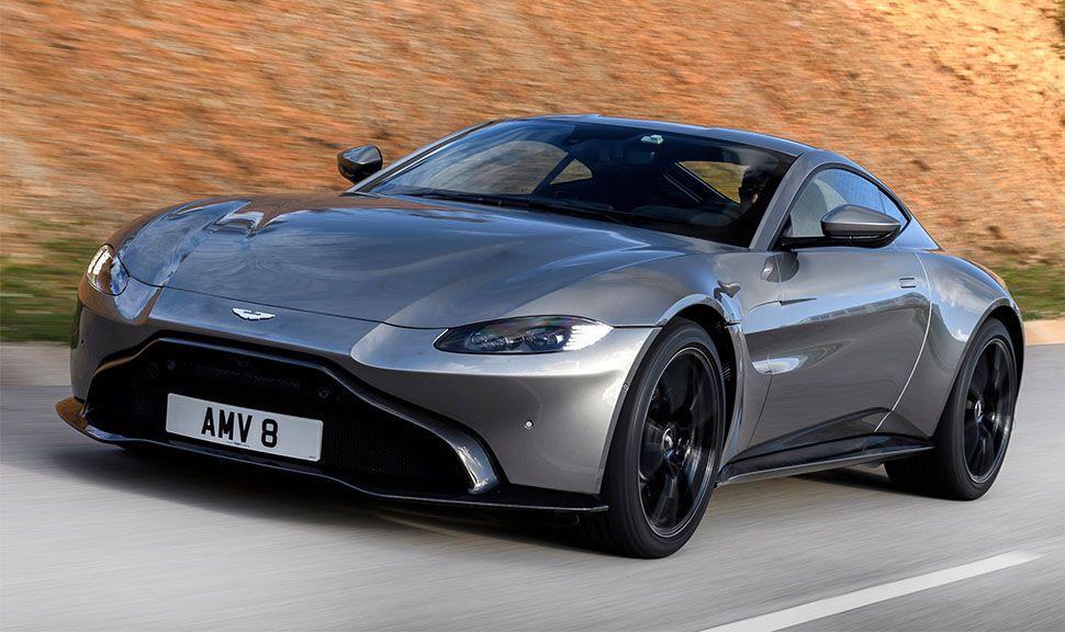 Grauer Aston Martin Vantage von schräg links vorne, fahrend