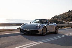 Porsche 911 Carrera S Cabrio fährt auf Landstraße am Meer