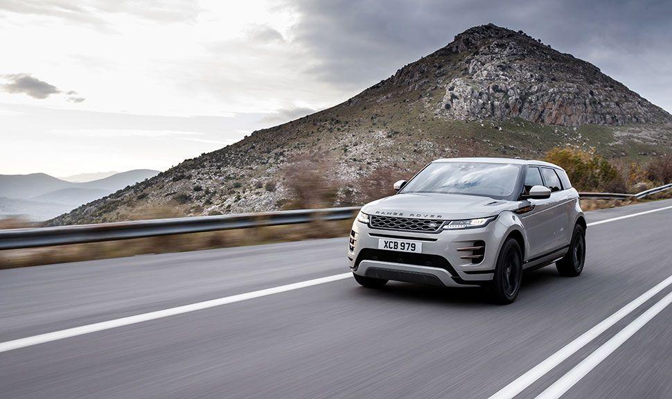Range Rover Evoque auf Landstraße fahrend