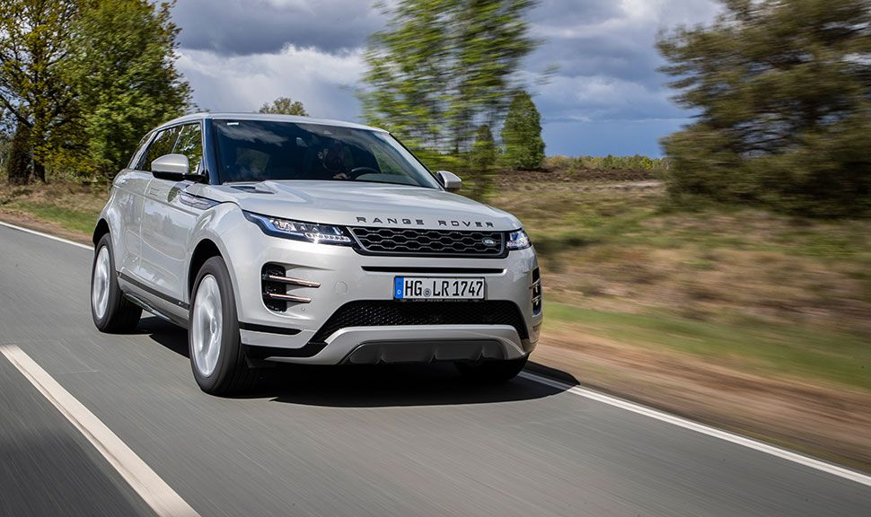 Range Rover Evoque fährt auf Landstraße