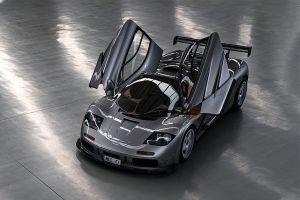 Silberner McLaren F1 LM Spec von schräg vorne oben mit offenen Türen
