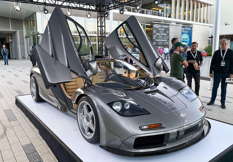 Silberner McLaren F1 LM Spec mit offenen Türen