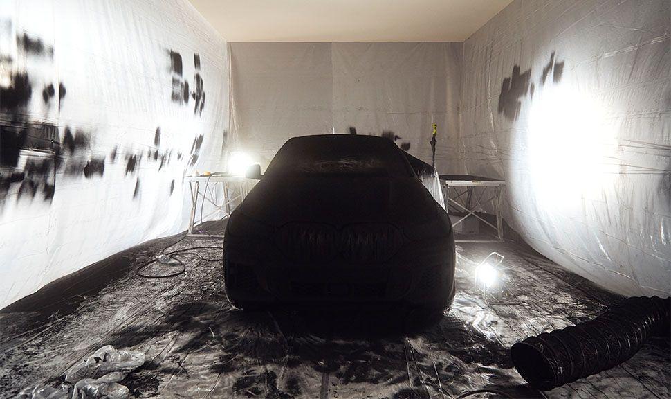 BMW VB X6 in der Lackiererei mit Schutzfolie