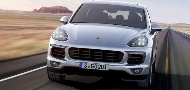 Porsche Cayenne fährt auf Highway in der Prairie