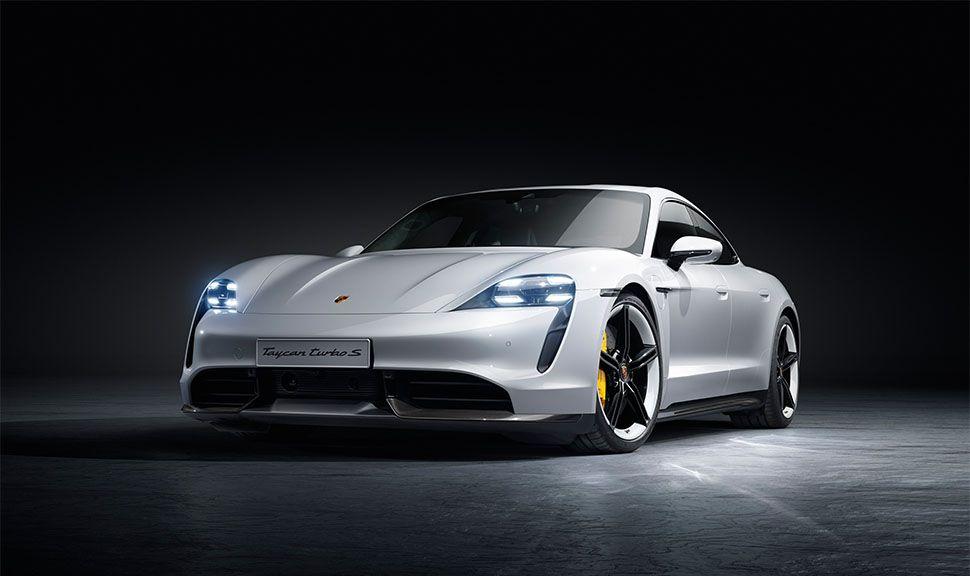 Weißer Porsche Taycan Turbo S von schräg links vorne