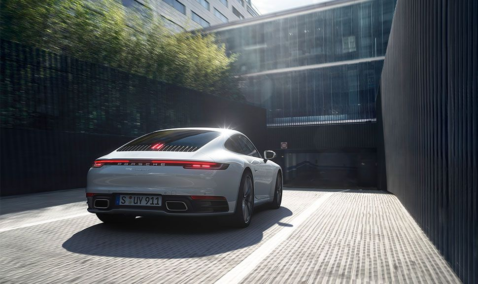 Porsche 911 Carrera 4 von schräg rechts hinten