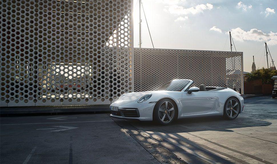 Porsche 911 Carrera 4 Cabrio von der linken vorderen Seite