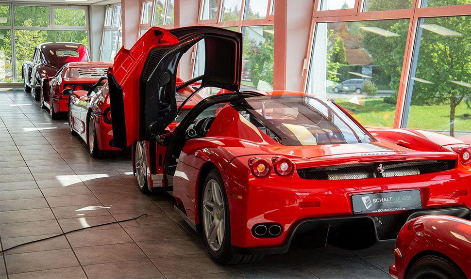 Ferrari Enzo Ferrari von schräg links hinten in einer Reihe anderer Top-Ferraris