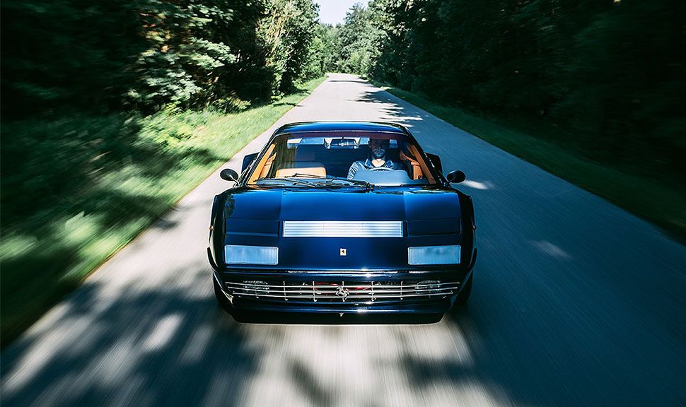Ferrari 512 BB fahrend von vorne