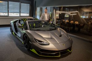 Igor Lazarevic neben Lamborghini Centenario
