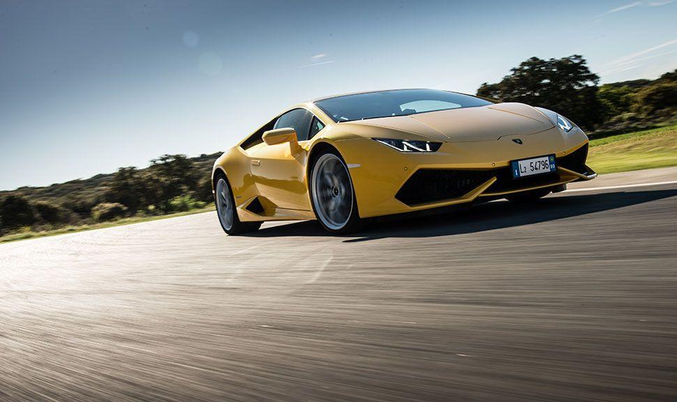 Lamborghini Huracan in Gelb von schräg rechts vorne, fahrend