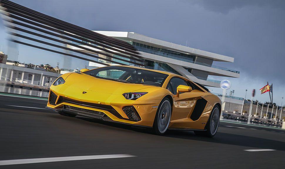 Lamborghini Aventador in Gelb von schräg links vorne, fahrend