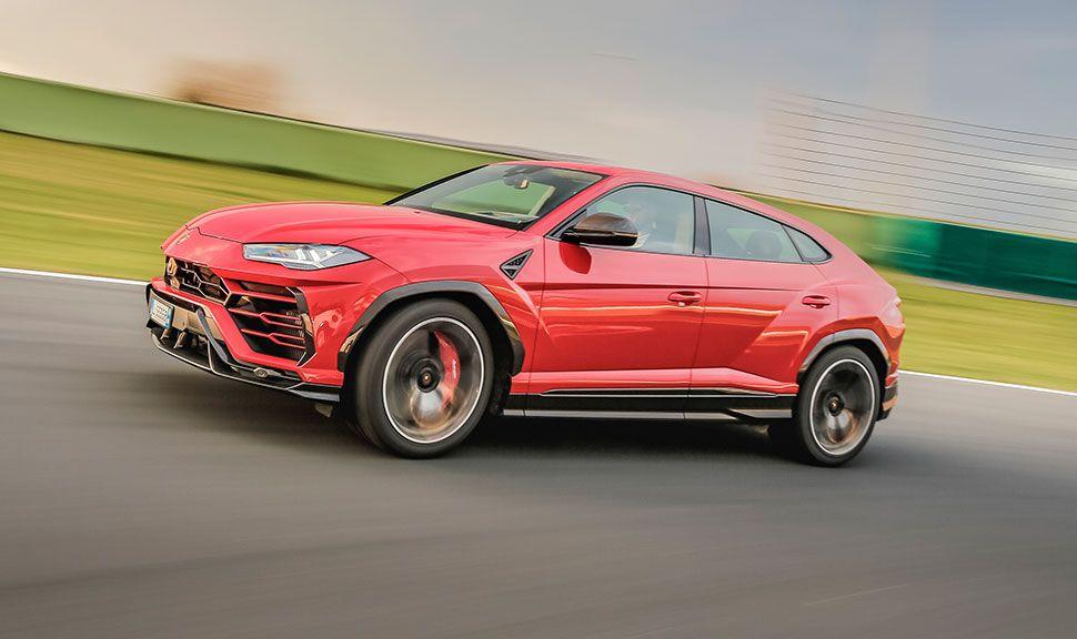 Lamborghini Urus in Rot von links, fahrend