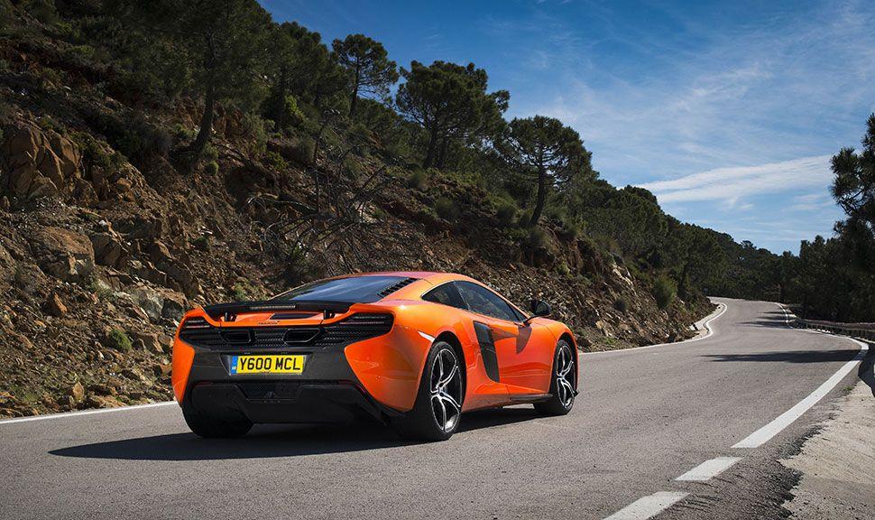 McLaren 650S fährt auf Landstraße von schräg rechts hinten