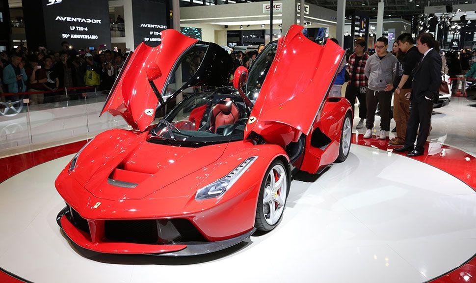 Ferrari LaFerrari mit offenen Flügeltüren