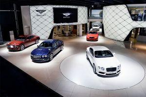 Verschiedene Bentley Modelle auf Messestand