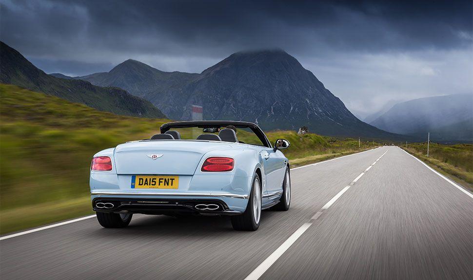 Bentley Continental GT V8 S Convertible von hinten, auf Landstraße fahrend