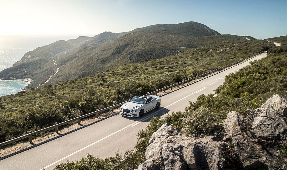 Bentley Continental GT Supersports Convertible auf bergiger Küstenstraße fahrend