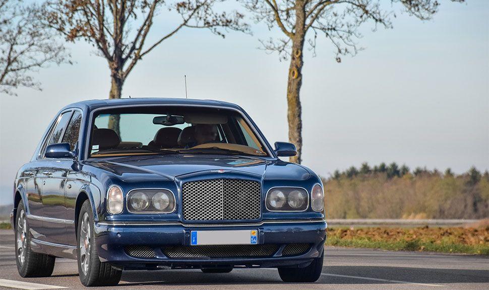 Bentley Arnage in Blau von leicht schräg rechts vorne