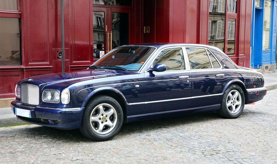 Bentley Arnage in Blau von der linken Seite