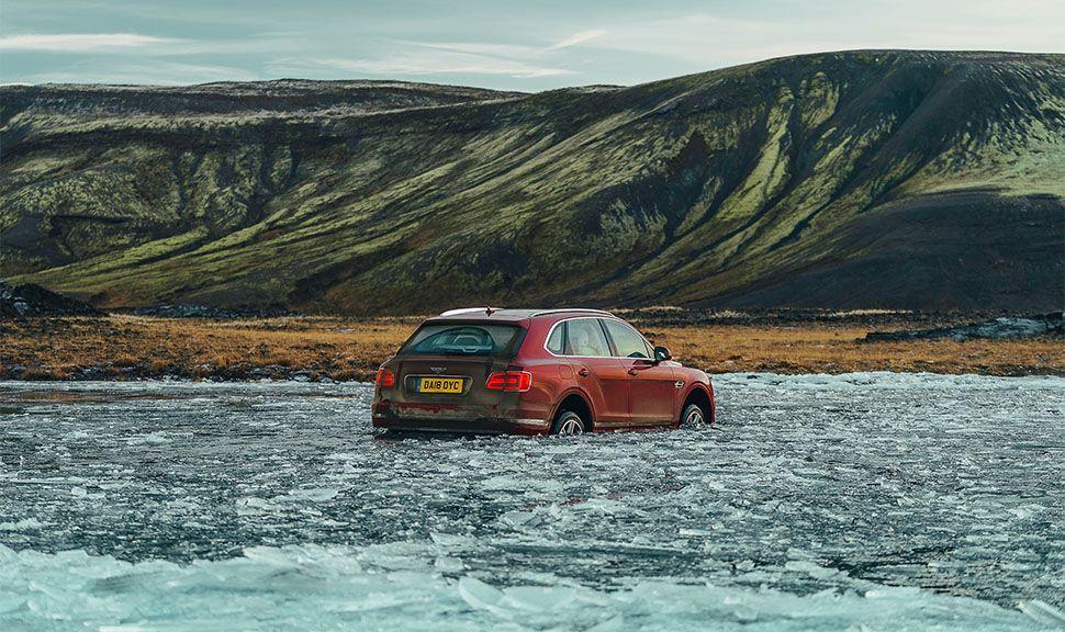 Bentley Bentayga fährt durch Eiswasser